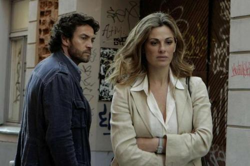 Alessio Boni e Vanessa Incontrada insieme in una scena della miniserie di Canale 5, I cerchi nell'acqua