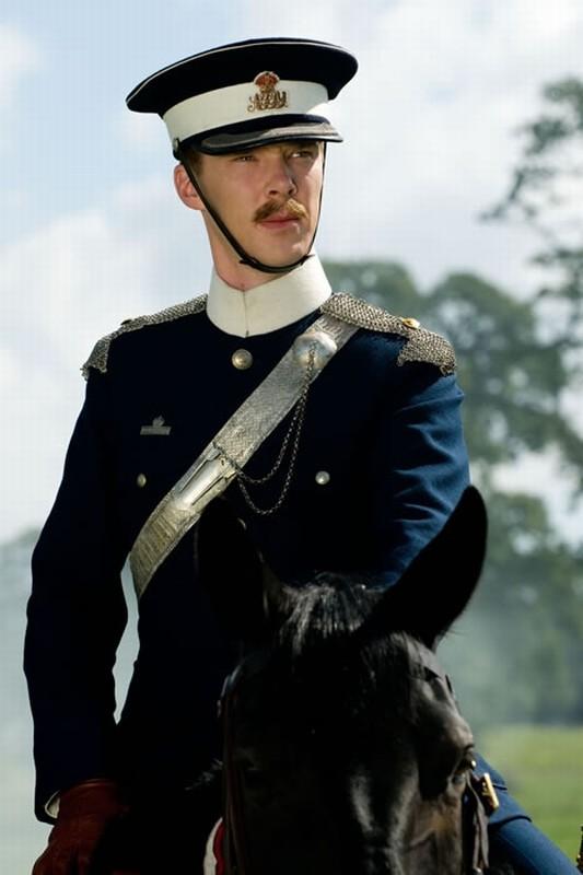 Benedict Cumberbatch in alta uniforme in una scena di War Horse
