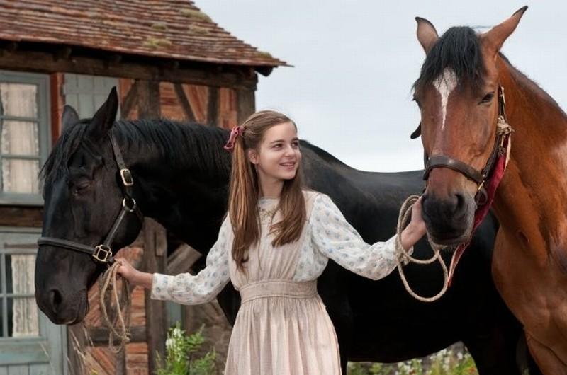 Celine Buckens in una scena di War Horse insieme a due splendidi cavalli
