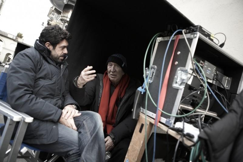Giuliano Montaldo parla con Pierfrancesco Favino sul set del film L'industriale