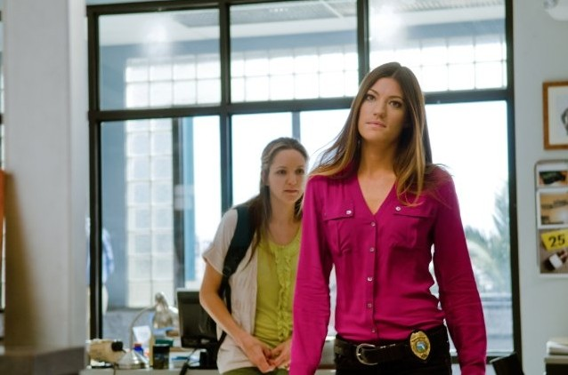 Jennifer Carpenter in una scena dell'episodio Talk to the Hand insieme a Jordana Spiro