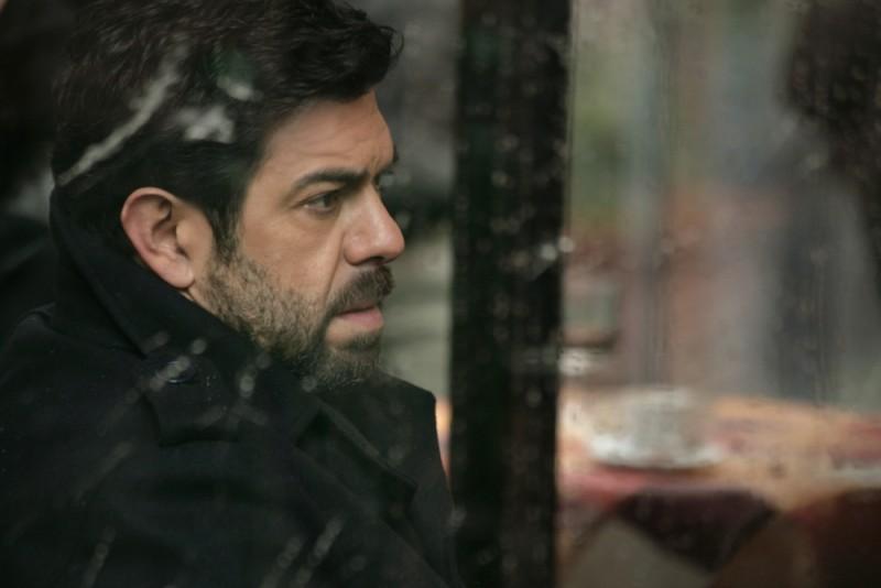 Pierfrancesco Favino assorto nei suoi pensieri in una scena del film L'industriale