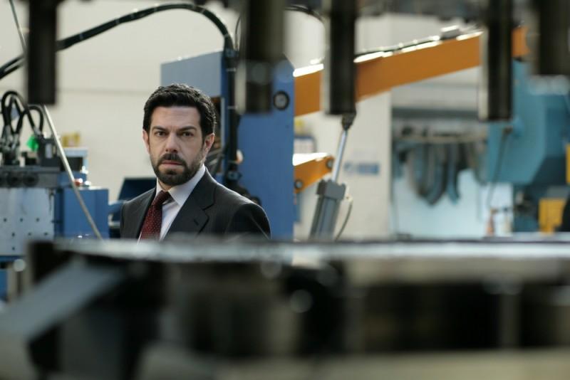 Pierfrancesco Favino in in fabbrica in una scena de L'industriale di Giuliano Montaldo