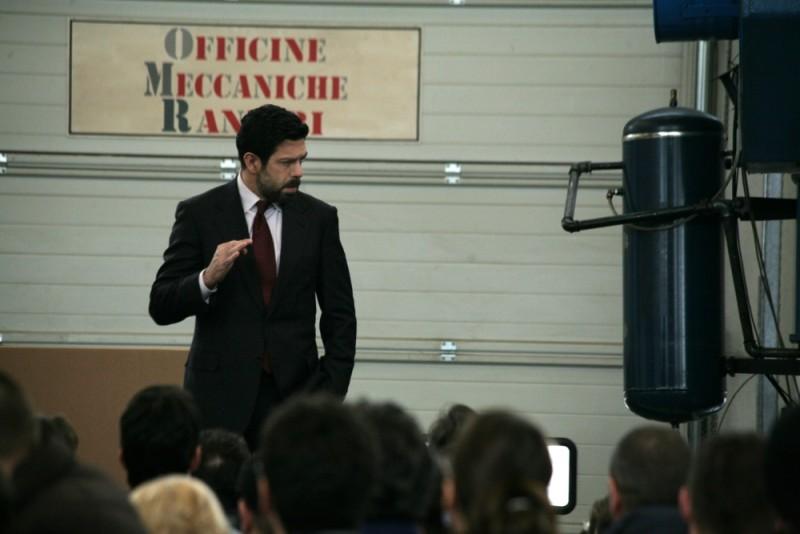 Pierfrancesco Favino parla con gli operai in una scena de L'industriale di Giuliano Montaldo