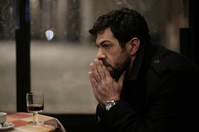Pierfrancesco Favino preoccupato in una scena del film L'industriale