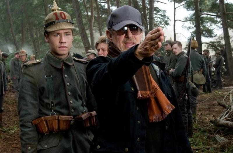 Steven Spielberg insieme a David Kross sul set di War Horse