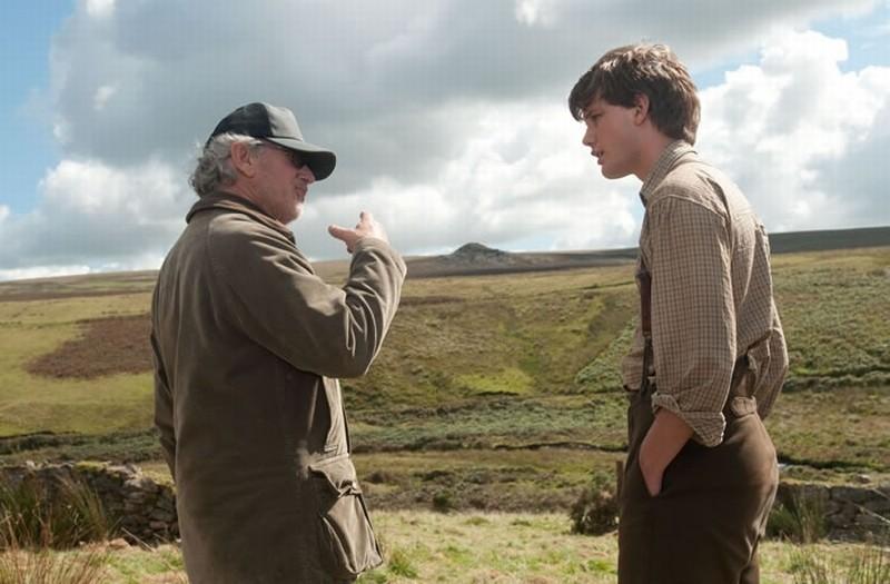 Steven Spielberg con Jeremy Irvine sul set di War Horse