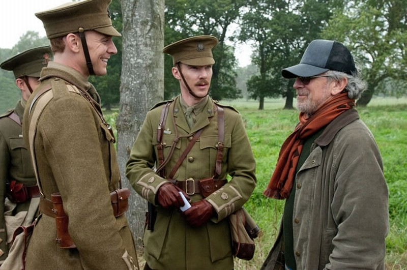 Steven Spielberg insieme a Tom Hiddleston e Benedict Cumberbatch sul set di War Horse