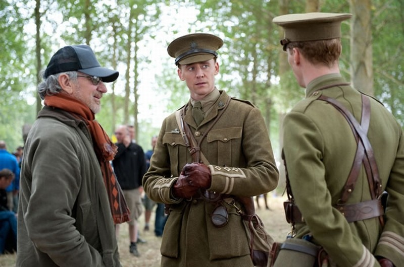 Steven Spielberg insieme a Tom Hiddleston sul set di War Horse