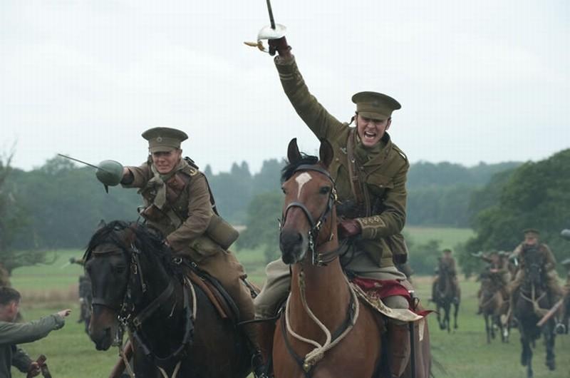 Tom Hiddleston in una scena d'azione di War Horse