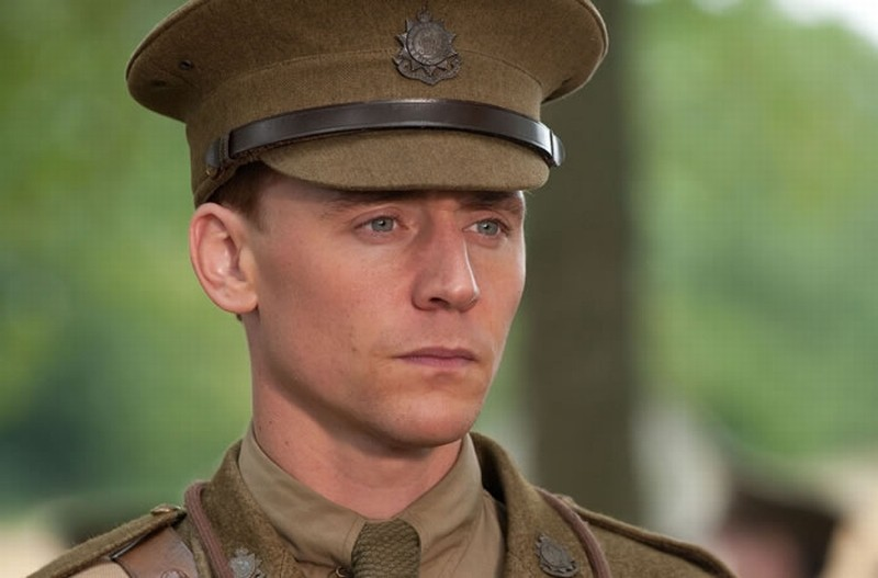 Tom Hiddleston in una scena tratta dal film War Horse