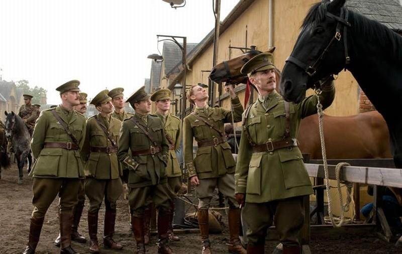 Tom Hiddleston insieme a Benedict Cumberbatch in una scena di War Horse