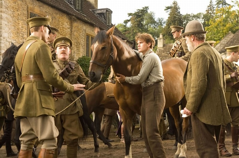 War Horse: Jeremy Irvine e Peter Mullan in una scena del film