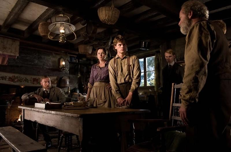 War Horse: Jeremy Irvine, Peter Mullan, David Thewlis ed Emily Watson in una scena del film