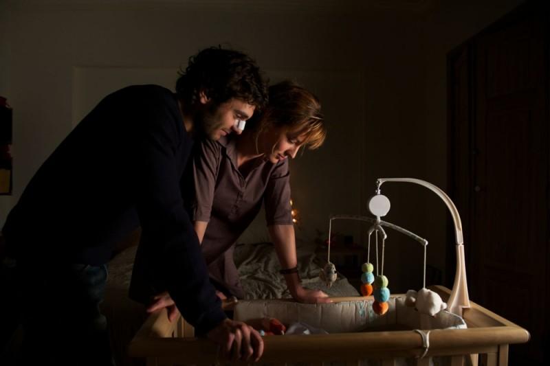 A Happy Event: Louise Bourgoin e Pio Marmaï guardano nella culla con amore in una scena del film