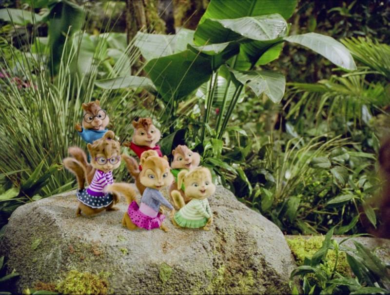 Alvin Superstar 3 - Si salvi chi può!: Chipettes e Chipmunks cantano in un prato in una scena del film