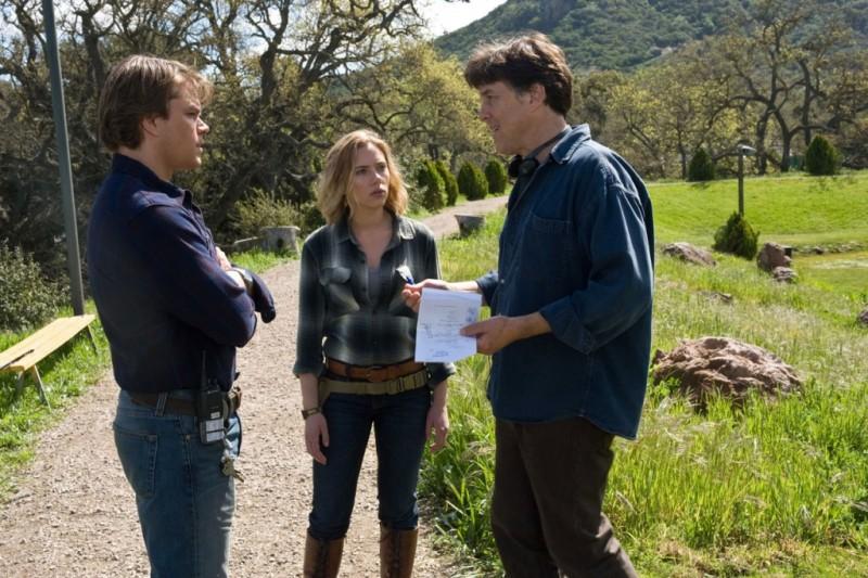 Cameron Crowe insieme a Scarlett Johansson Matt Damon sul set de La mia vita è uno zoo