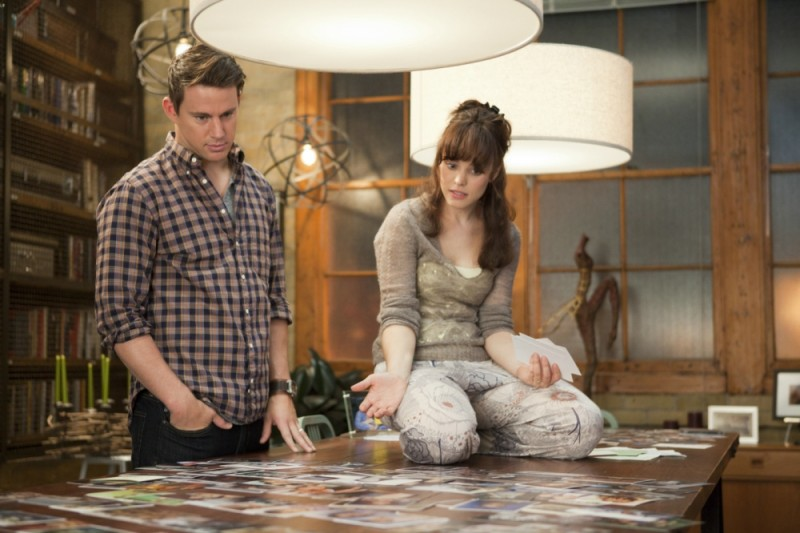 Channing Tatum e Rachel McAdams guardano delle foto in una scena della commedia sentimentale The Vow