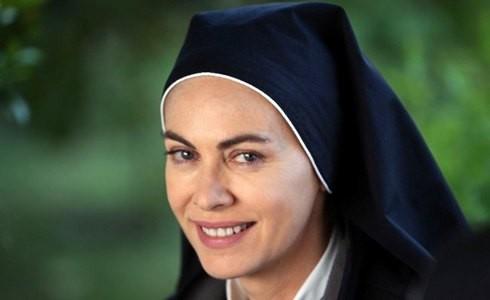 Elena Sofia Ricci protagonista della fiction di Rai Uno, Che Dio ci aiuti