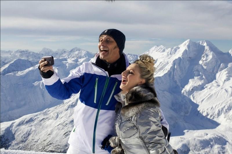 Giuseppe Giacobazzi e Katia Follesa in una scena della commedia Vacanze di Natale a Cortina