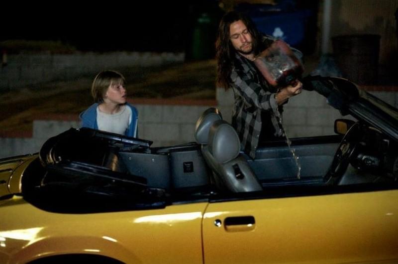 Hesher è stato qui: Joseph Gordon-Levitt e Devin Brochu danno fuoco ad un'auto in una scena del film