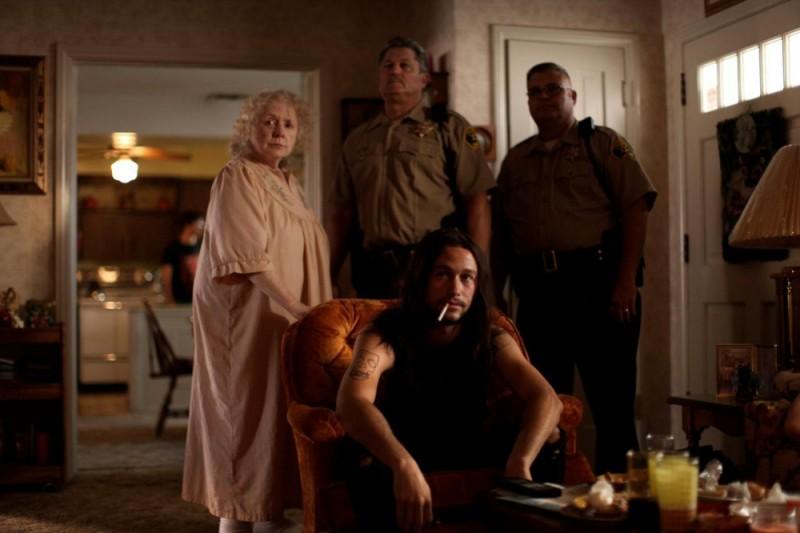 Hesher è stato qui: Joseph Gordon-Levitt in una scena del film insieme a Piper Laurie