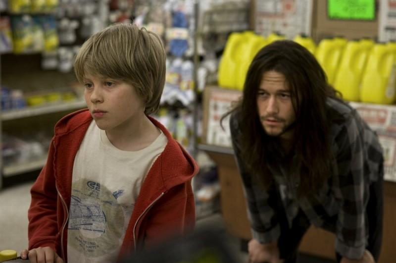 Hesher è stato qui: Joseph Gordon-Levitt in una scena del film insieme al piccolo Devin Brochu
