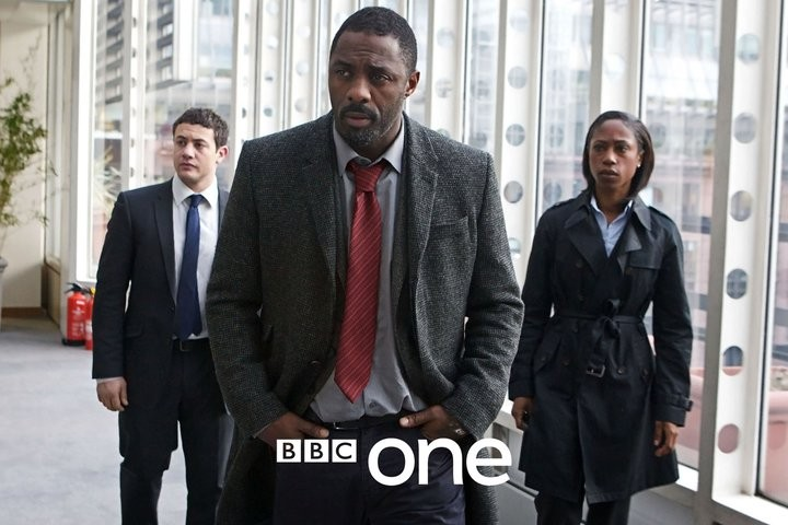Idris Elba, Warren Brown e Nikki Amuka-Bird in un'immagine promozionale di Luther