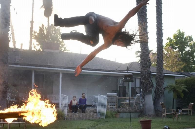 Joseph Gordon-Levitt durante una pericolosa acrobazia in una scena di Hesher è stato qui