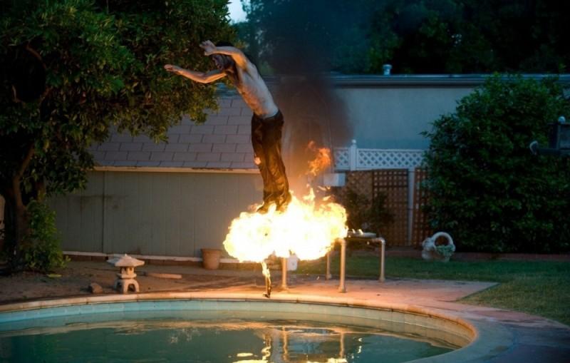 Joseph Gordon-Levitt si tuffa da un trampolino infuocato in una scena di Hesher è stato qui