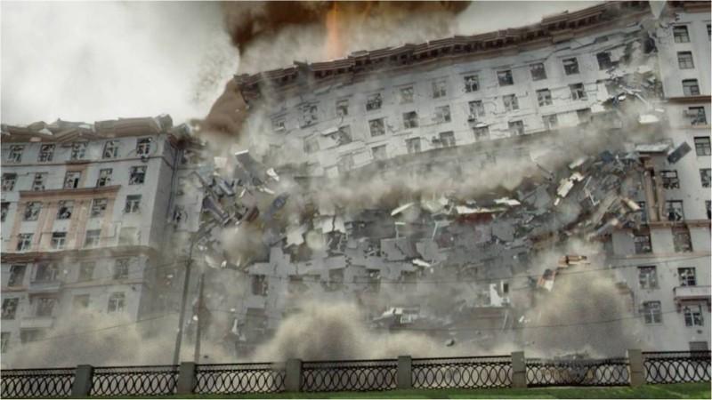 L'ora nera: il crollo di un immenso edificio in una suggestiva scena del thriller apocalittico