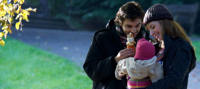Louise Bourgoin con Pio Marmaï e il loro piccoloo in una bella scena del film A Happy Event