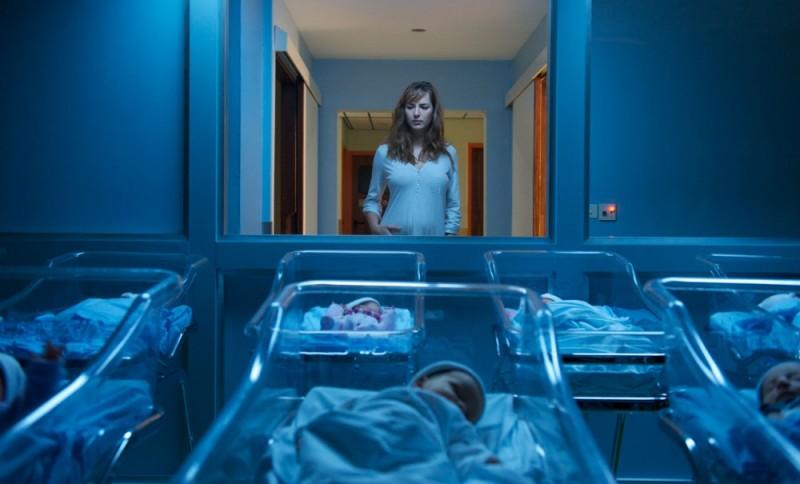 Louise Bourgoin davanti al reparto maternità in una scena del film A Happy Event