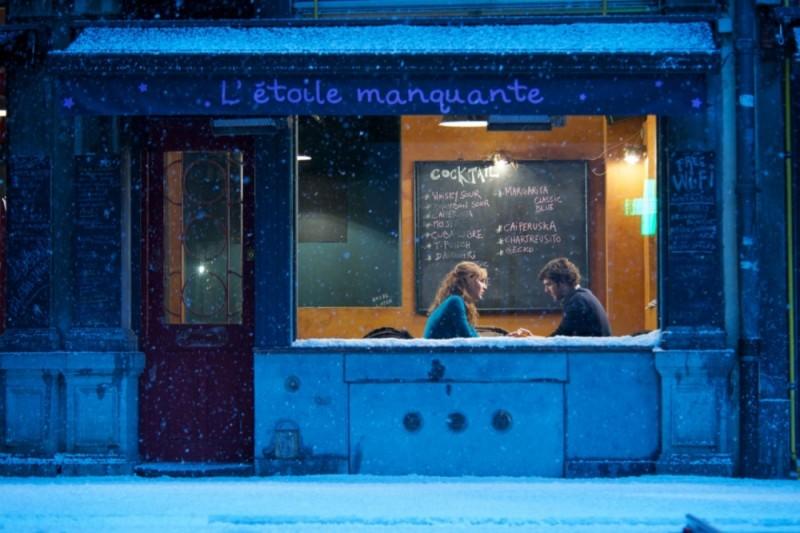 Louise Bourgoin e Pio Marmaï parlano in una scena di A Happy Event mentre fuori nevica