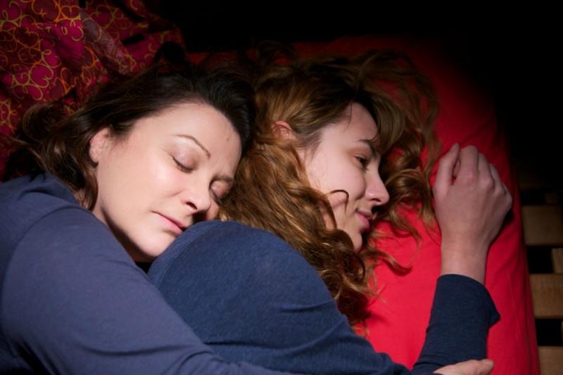 Louise Bourgoin insieme a Josiane Balasko in una tenera scena del film A Happy Event