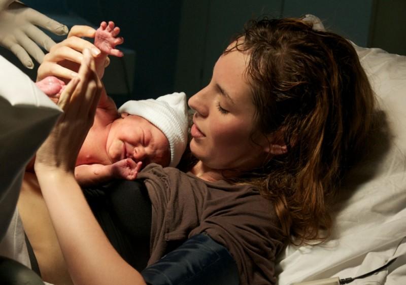Louise Bourgoin qualche istante dopo il parto in una suggestiva scena di A Happy Event
