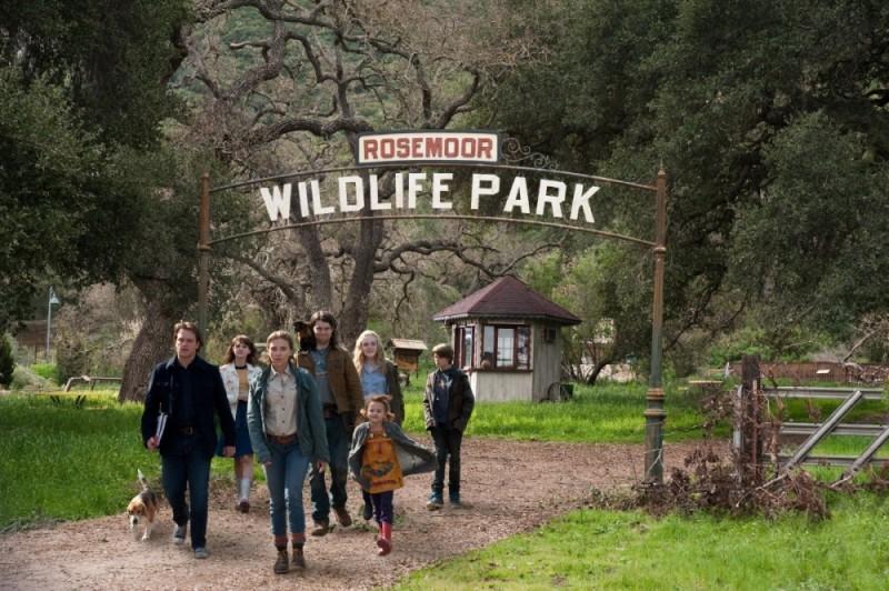 Matt Damon, Scarlett Johansson ed Elle Fanning in una scena de La mia vita è uno zoo insieme a Patrick Fugit, Colin Ford e Maggie Elizabeth Jones