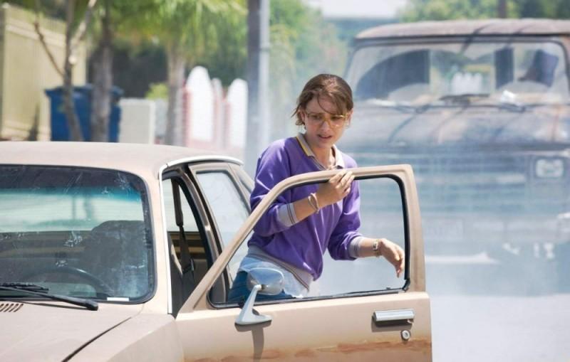 Natalie Portman in difficoltà in una scena del film Hesher è stato qui