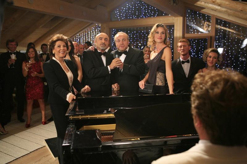 Olga Calpajiu Kent e Ivano Marescotti in una scena di gruppo di Vacanze di Natale a Cortina