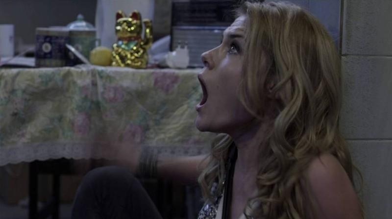 Rachel Taylor terrorizzata in una scena de L'ora nera