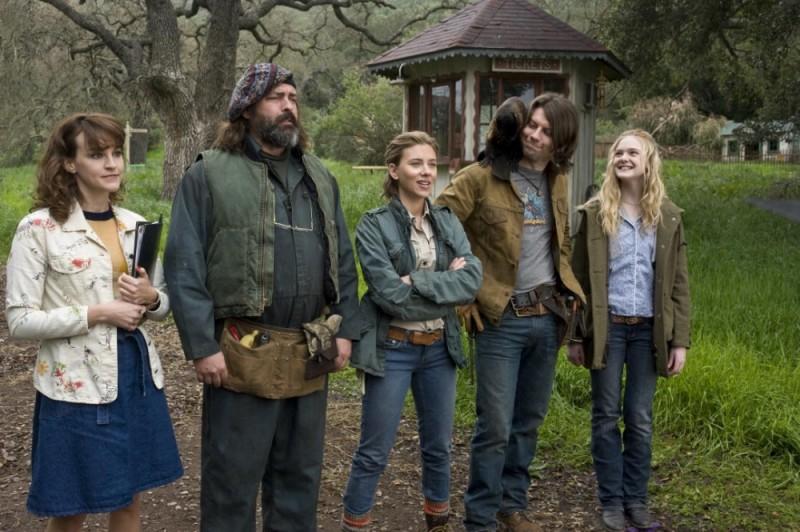 Scarlett Johansson ed Elle Fanning in una bizzarra scena de La mia vita è uno zoo insieme a Patrick Fugit, Angus Macfadyen e Carla Gallo