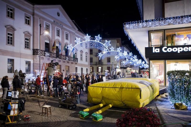 Un'immagine affollata dal set di Vacanze di Natale a Cortina