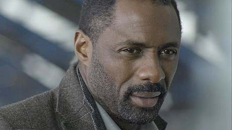 Un primo piano di Idris Elba in Luther