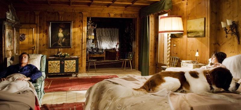 Vacanze di Natale a Cortina: Christian De Sica e Sabrina Ferilli in letti separati in una scena del film