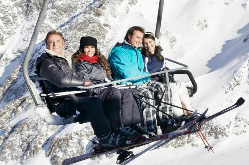 Vacanze di Natale a Cortina: Sabrina Ferilli, Christian De Sica, Patricia Varvari e Alessio Chiodini in seggiovia in una scena del film