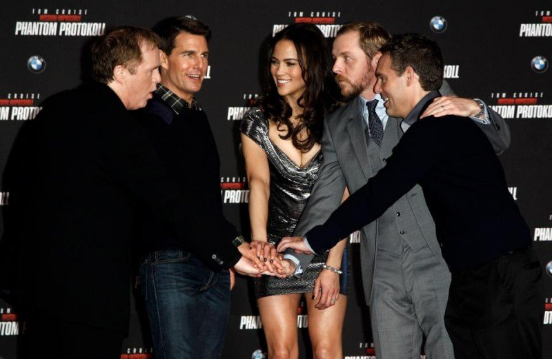 Brad Bird, Tom Cruise, Paula Patton e Simon Pegg in una bella foto di gruppo a Monaco sul red carpet di Mission: Impossible - Protocollo Fantasma
