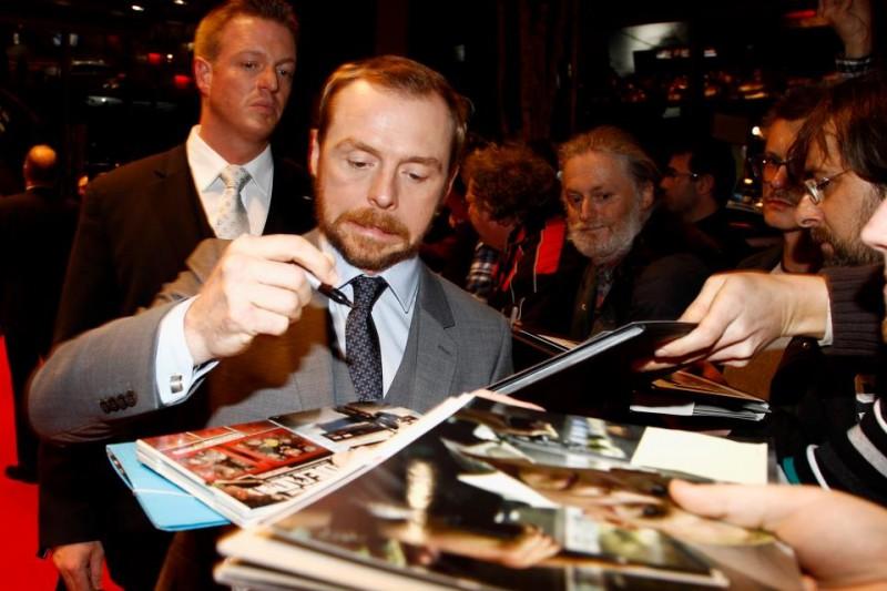 Mission: Impossible - Protocollo Fantasma: Simon Pegg firma autografi sul red carpet del film a Monaco