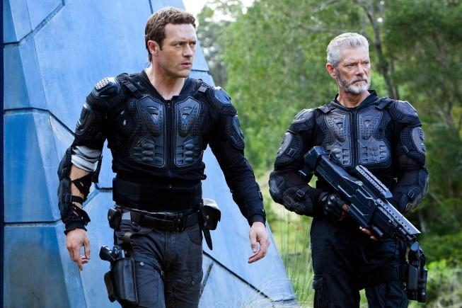 Terra Nova: Stephen Lang e Jason O'Mara in una scena dell'episodio Within