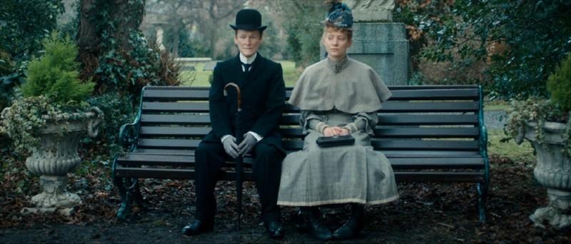 Albert Nobbs: Glenn Close in una scena del film insieme a Mia Wasikowska