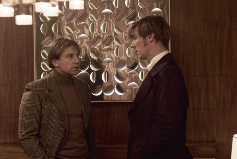 Benedict Cumberbatch in una scena del film La talpa insieme a Simon McBurney